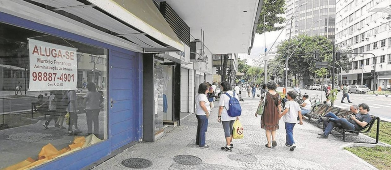 Sinal da crise. Loja fechada na Avenida Ataulfo de Paiva, no Leblon: ICMS do comércio no estado registrou queda de 10,6% numa comparação entre o segundo trimestre deste ano e o de 2015 Foto: Domingos Peixoto/30-11-2016