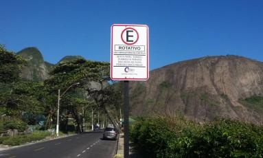 Placa da Niterói Rotativo fixada na orla: sistema foi implantado para ordenar as vagas Foto: Renan Almeida