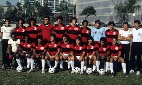 Era Zico. Comandada pelo técnico Carpegiani (à esquerda, em pé), a equipe do Flamengo que conquistou o Mundial de Clubes, em Tóquio, vencendo o Liverpool por 3 a 0 (dois gols de Nunes e um de Adílio) Foto: Sebastião Marinho 11/12/1981 / Agência O Globo