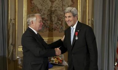 À esquerda na foto, o ministro francês Jean-Marc Ayrault cumprimenta John Kerry após condecorá-lo como oficial da Ordem Nacional da Legião de Honra Foto: POOL / REUTERS