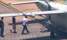 Cabral entra em avião da PF que vai levá-lo para Curitiba Globonews Foto: Reprodução