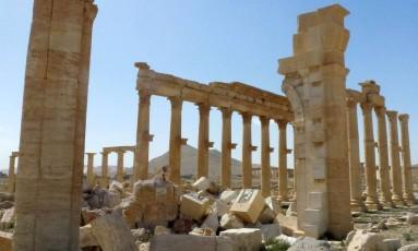 O Arco de Triunfo, conhecido também como Arco de Palmira, foi destruído pelo Estado Islâmico em outubro de 2015 e hoje mantém apenas resquícios da construção histórica Foto: MAHER AL MOUNES / AFP