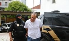 O ex-governador do Rio chega ao IML de Curitiba (PR) acompanhado por agentes da PF Foto: Geraldo Bubniak