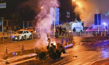 Carros de polícia e ambulâncias chegam a local de explosão em Istambul Foto: MURAD SEZER / REUTERS