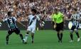 Douglas divide uma bola com zagueiro do Ceará, na última rodada da Série B Foto: Carlos Gregório Jr. / Vasco.com.br