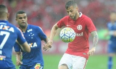 Nico López tenta um domínio na partida contra o Cruzeiro: na última rodada, Internacional precisa vencer e secar Foto: Divulgação/Internacional