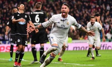 Sergio Ramos comemora o gol marcado, de cabeça e nos acréscimos, que deu a vitória ao Real Madrid sobre o La Coruña Foto: PIERRE-PHILIPPE MARCOU / AFP