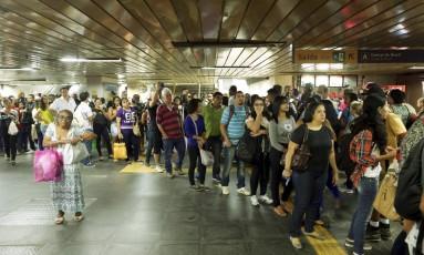 Fila na Central do Brasil para pegar o metrô: número de passageiros subiu entre janeiro e setembro deste ano em comparação com o mesmo período do ano passado Foto: Gabriel de Paiva