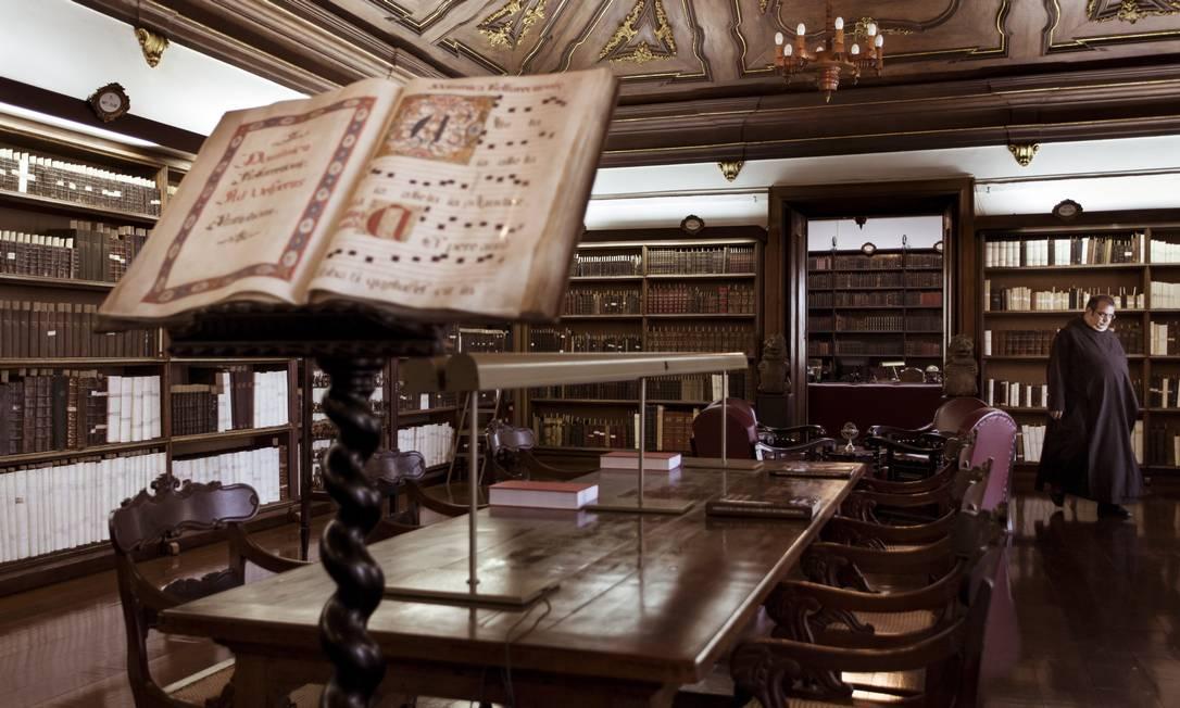 Recanto de preciosidades. Biblioteca do Mosteiro de São Bento: instituição nascida em 1590 tem um dos melhores conjuntos de livros, incluindo obras raras, do continente Foto: / Fotos de Leo Martins
