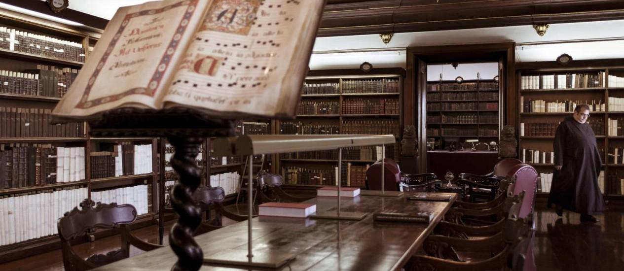 Recanto de preciosidades. Biblioteca do Mosteiro de São Bento: instituição nascida em 1590 tem um dos melhores conjuntos de livros, incluindo obras raras, do continente Foto: Fotos de Leo Martins