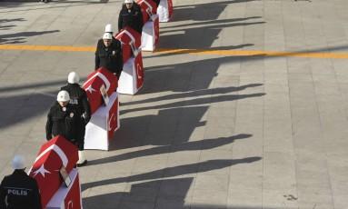 Colegas prestam homenagem a policiais mortos Foto: AP