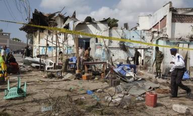 Explosão deixou um rastro de destruíção na região do porto de Mogadíscio Foto: Farah Abdi Warsameh / AP