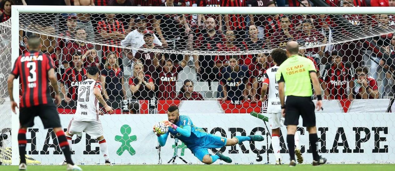 Alex Muralha faz defesa no empate sem gols entre Flamengo e Atlético-PR Foto: Divulgação Flamengo