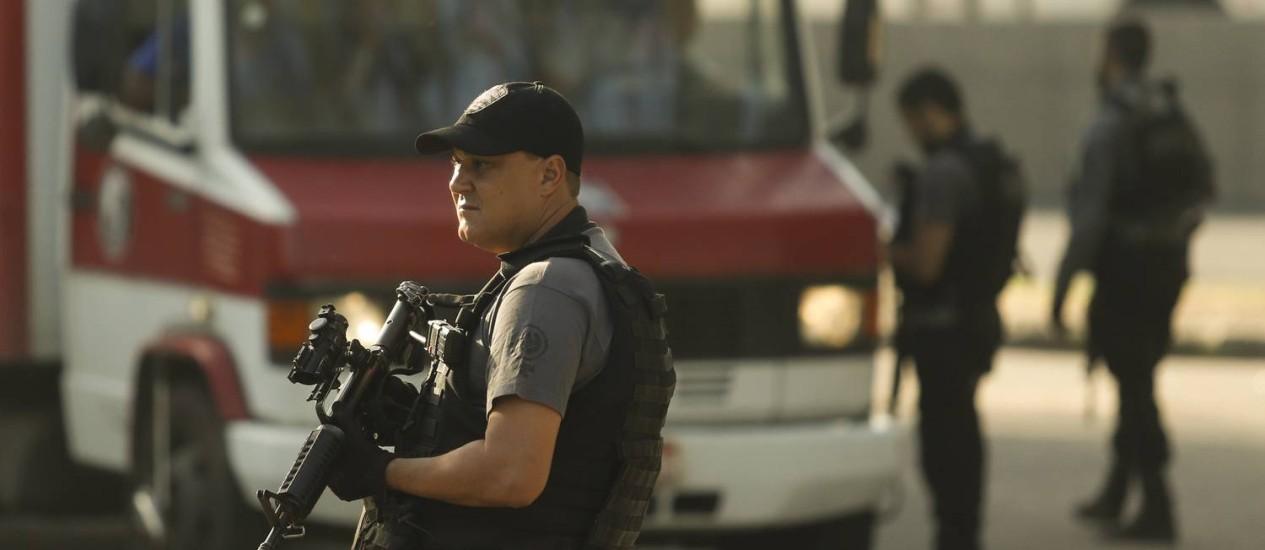 Agentes da Delegacia de Repressão a Roubos e Furtos de Cargas fazem barreira na Zona Norte Foto: Gabriel de Paiva