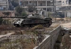 Forças do governo da Síria retomaram o distrito de Ithaa em Aleppo dos combatentes rebeldes Foto: GEORGE OURFALIAN / AFP