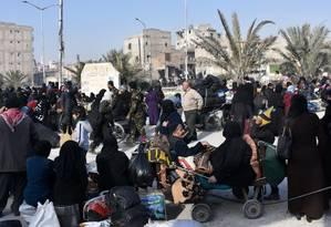 Civis sírios aguardam em posto de controle controlado por forças do governo após deixarem o leste de Aleppo Foto: GEORGE OURFALIAN / AFP