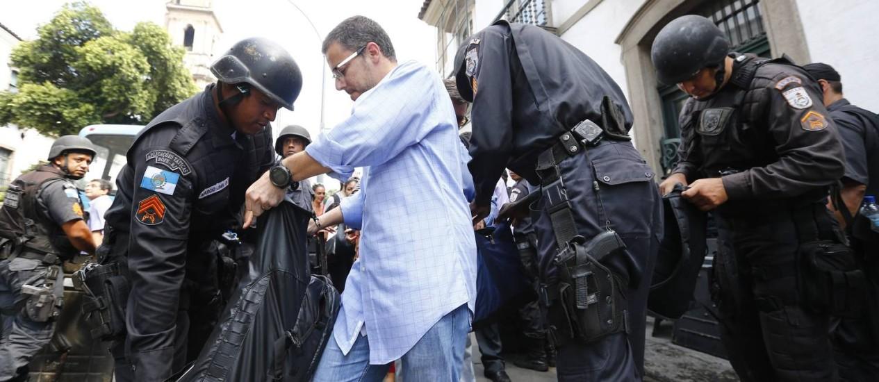 Homem tem a bolsa revistada pelos policiais militares no entorno da Aerj Foto: Pablo Jacob / O Globo