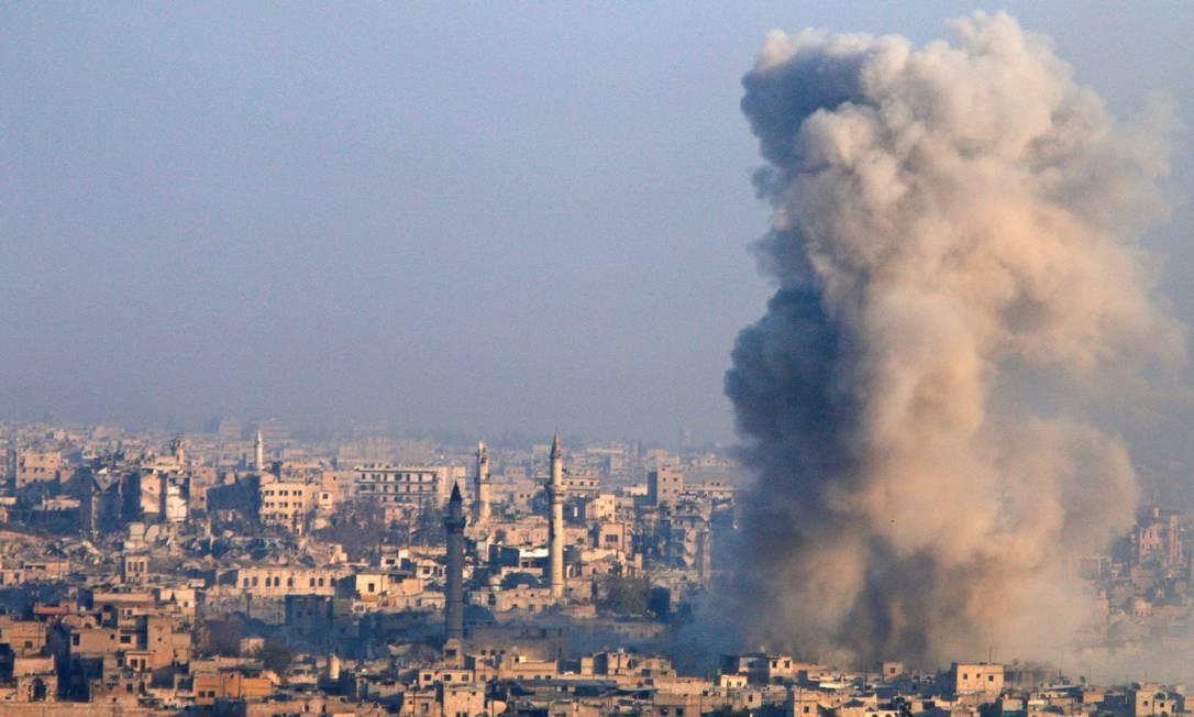 Fumaça surge em área controlada por insurgentes durante intensos combates em Aleppo, epicentro da guerra civil síria Foto: ABDALRHMAN ISMAIL / REUTERS