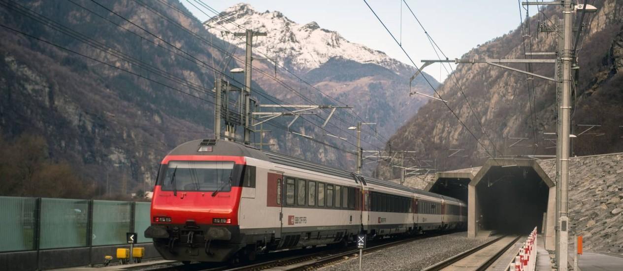 Trem de passageiros atravessa o Túnel Base São Gotardo, entre Ertsfeld e Pollegio, em Pollegio, na Suíça Foto: Samuel Golay / AP