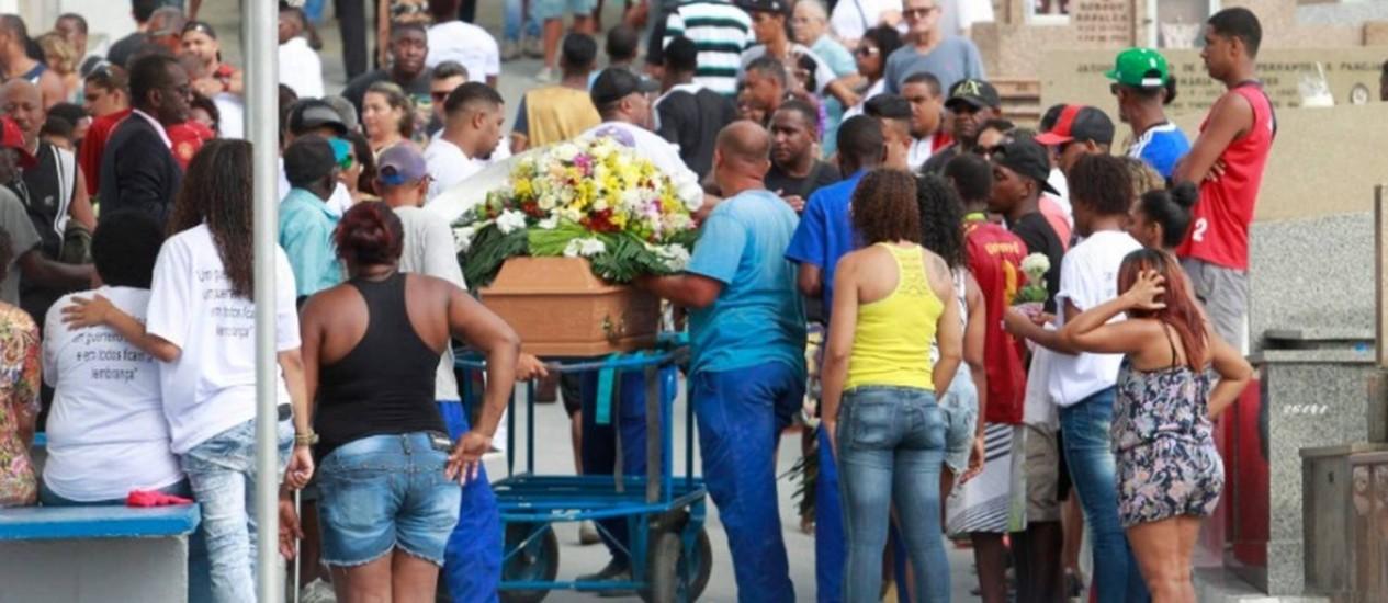 Yuri foi enterrado na tarde desta segunda-feira Foto: Fábio Guimarães/Extra