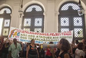Servidores municipais protestam no hall de entrada da Câmara dos Vereadores em ato promovido pelo Sepe Foto: Analice Paron