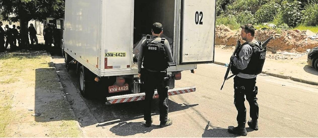 Policiais da Delegacia de Repressão a Roubos e Furtos de Cargas fazem operação para inibir esse tipo de crime Foto: Gabriel de Paiva - 07/12/16 / O Globo