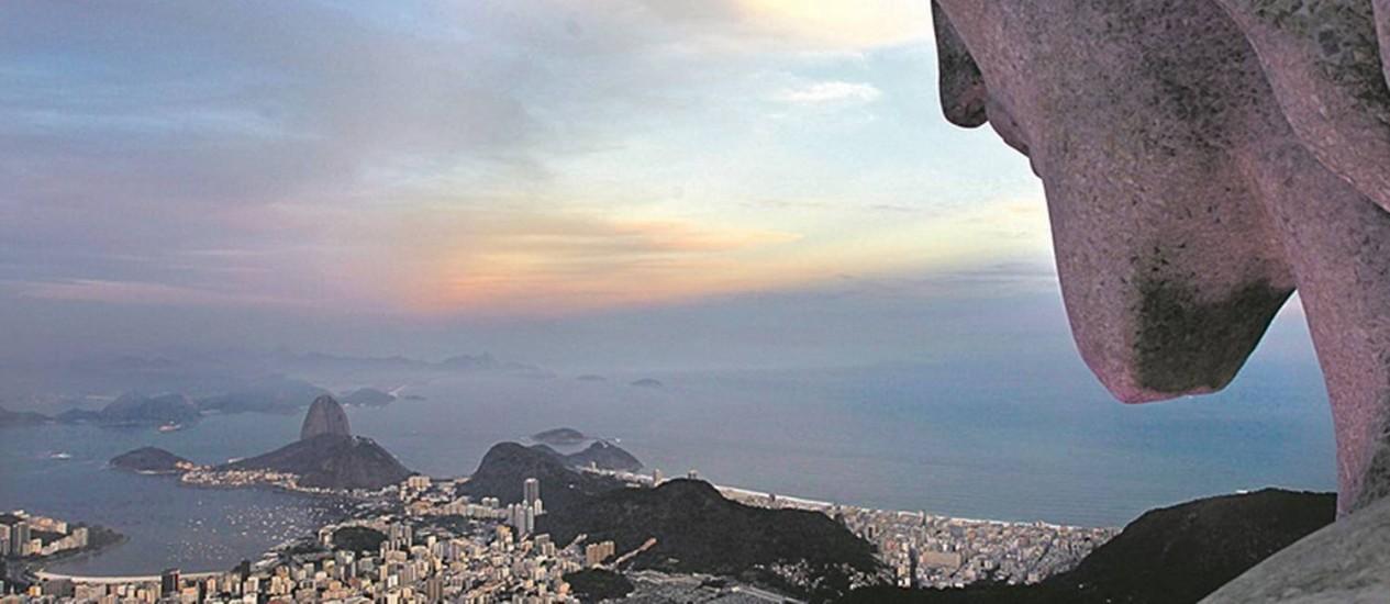 A paisagem do Rio vista do Cristo: o cenário da orla ajudou Rio a conquistar o título de Patrimônio Mundial Foto: Custódio Coimbra / O Globo