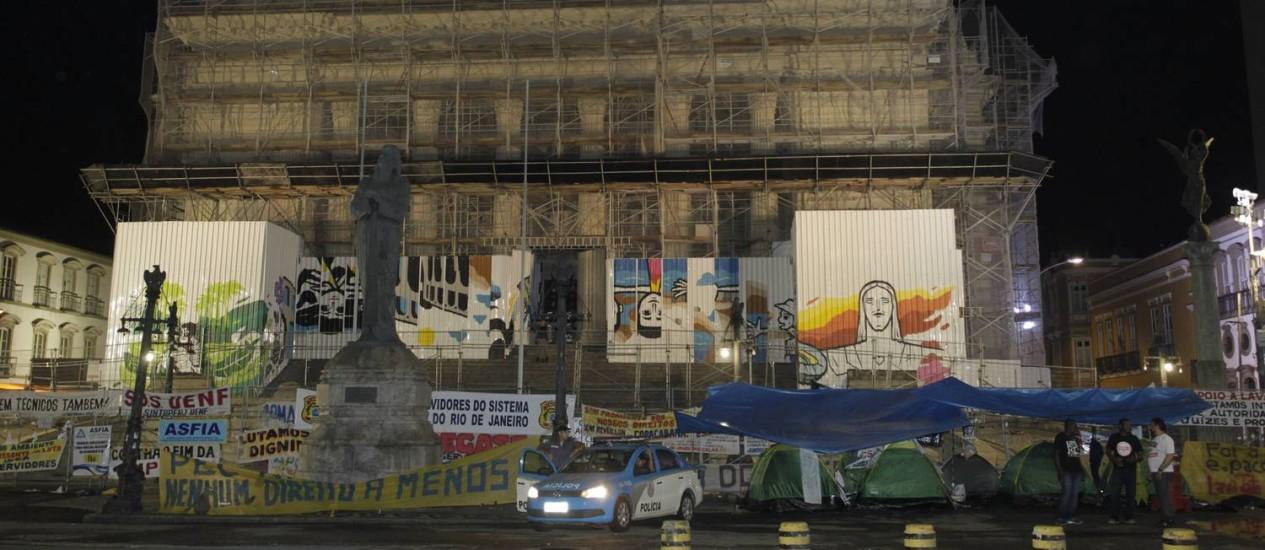 Grupo de servidores estadudais acampa em frente à Alerj Foto: Pedro Teixeira / Agência O Globo