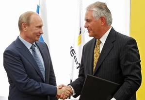 Foto de 15 de junho de 2012 mostra o presidente russo, Vladimir Putin, e CEO da ExxonMobil, Rex Tillerson, na cerimônia de assinatura de um acordo entre a estatal russa Rosneft e a ExxonMobil no porto de Tuapse, no Mar Negro, Sul da Rússia Foto: Mikhail Klimentyev / AP