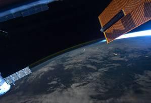 Astronautas a bordo da Estação Espacial Internacional observam pequeno meteoro entrando na atmosfera terrestre Foto: NASA