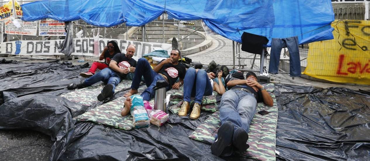 Servidores do estado acampados em frente à Alerj Foto: Pablo Jacob / O Globo