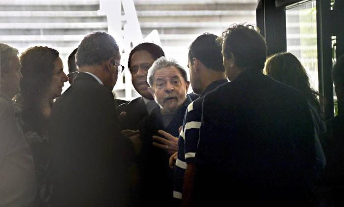 O ex-presidente Luiz Inácio Lula da Silva é conduzido a depor no aeroporto de Congonhas, em São Paulo Foto: Marcos Bizzotto / 4-3-2016