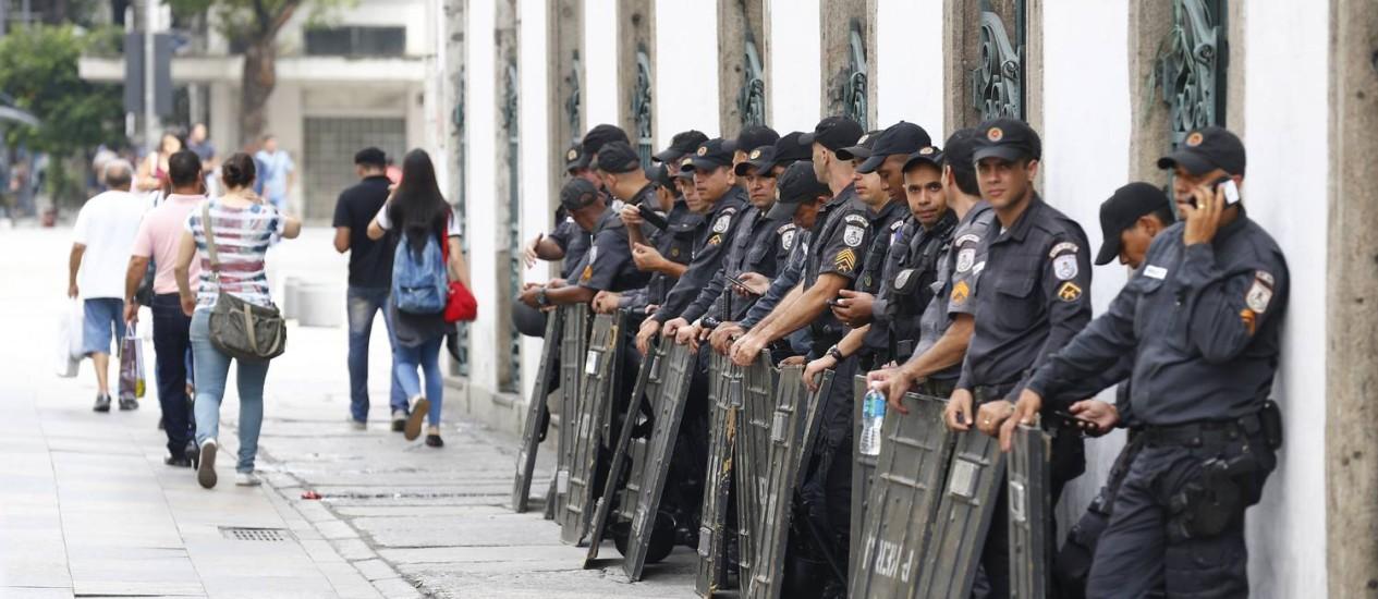 Policiamento nas imediações da Alerj, onde estão sendo discutidos os pacotes de medidas do governo Foto: Pablo Jacob / Agência O Globo