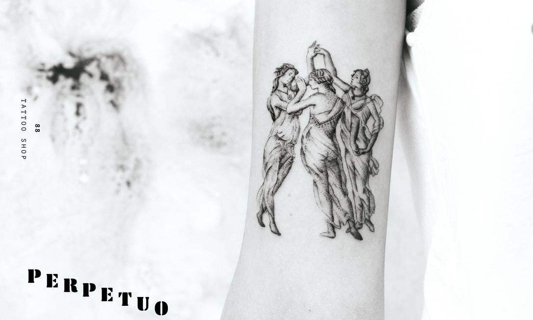 """""""Cresci com uma réplica do quadro das Três Graças de Rubens na minha frente. Almoçava todo dia vendo ele. É uma imagem tão linda e de uma força enorme tão sutil e feminina que ficou impressa na minha cabeça. Mais de 20 anos depois, tive a honra de fazer na pele de uma cliente a versão de Botticelli dessa obra, foi mágico, um dos dias mais incríveis no estúdio"""", explica o tatuador Bernardo Bonilauri, do Perpetuo Tattoo, no Jardim Botânico. Artista: Bernardo Bonilauri   Instagram: @perpetuotattoo"""