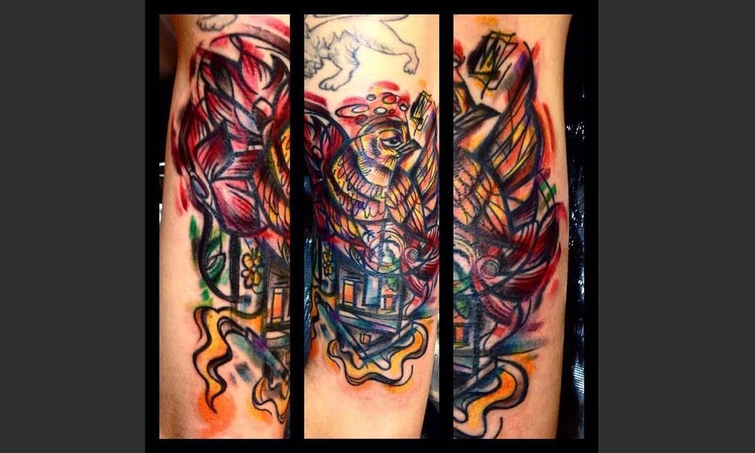 """Chico Hilbe gosta dos estilos """"sketch"""" e """"trash"""", utilizados nesta tatuagem. O tatuador conta que o trabalho foi feito """"free hand"""" (quando o desenho é feito diretamente na pele do cliente) e durou um total de sete horas divididas em duas sessões. Artista: Chico Hilbe   Instagram: @chicohilbe"""