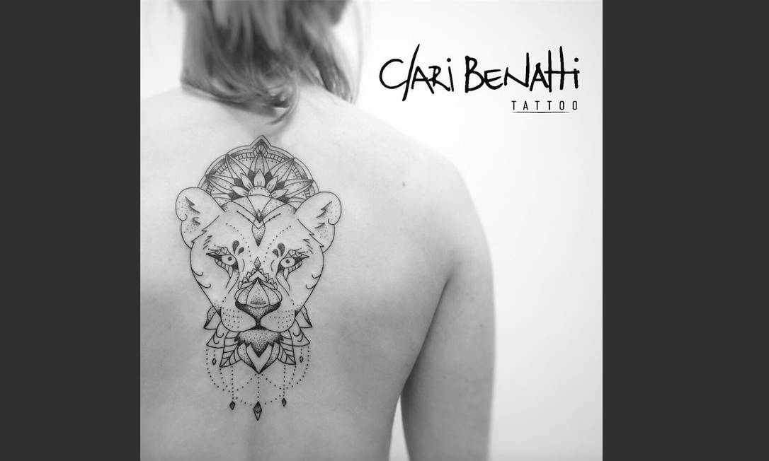 """Esta foi a que mais marcou o ano da artista Clari Benatti. Ela conta que sua cliente veio de Curitiba apenas para a tatuagem e voltou logo ao fim do trabalho: """"Fiquei muito feliz e honrada. Eu atendo muitas pessoas de fora do Rio, mas que normalmente aproveitam a vinda para tatuar. No caso dela foi diferente. Muito amor e gratidão por essa tattoo e sua história."""" Artista: Clarissa Benatti   Instagram: @claribenattitattoo"""