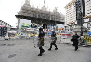 Policiamento nas imediações da Alerj, onde estão sendo discutidos os pacotes de medidas do governo Foto: Pablo Jacob / O Globo