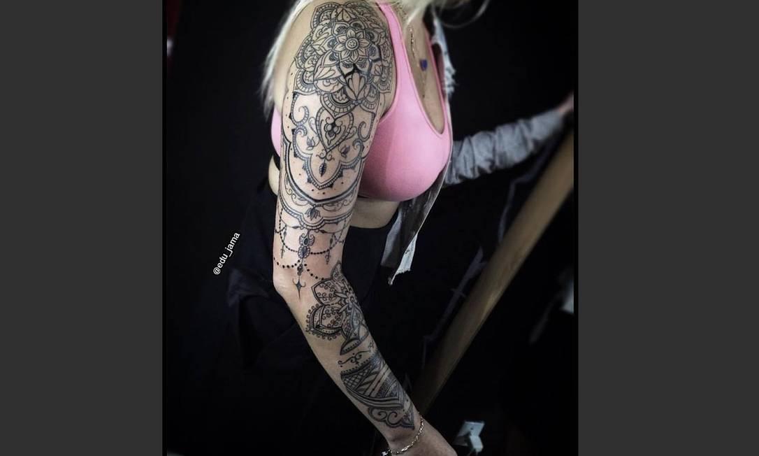 """Especialista em lettering, Edu Jama, do Rude Boys Ink, mandou muito bem ao se inspirar na henna hindu para criar esta tatuagem. Ele explica que até o momento da foto foram quatro sessões de três horas cada. O desenho foi criado para o braço da cliente e feito em grande parte de modo """"free hand"""": """"Escolhi essa tatuagem porque foi uma das que mais tive liberdade e prazer pra criar. A própria cliente me contou que depois de pronta, a autoestima e a confiança dela mudaram pra melhor"""", comemora Edu. Artista: Edu Jama   @edu_jama"""