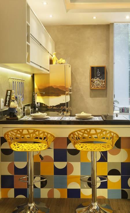Azulejos nas cores amarela e azul combinam detalhes da mesma cor em projeto da arquiteta Cyntia Sabat Foto: MCA Estúdio / Divulgação
