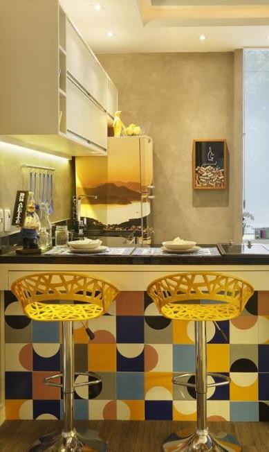 Azulejos nas cores amarela e azul combinam detalhes da mesma cor em projeto da arquiteta Cyntia Sabat MCA Estúdio / Divulgação