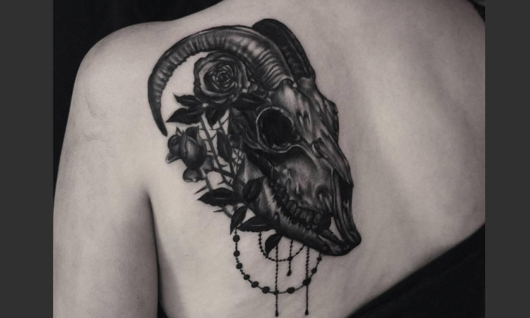 """Liz Minelli é fã de """"dark art"""": """"Gosto muito de desenhar crânios e ossos, especialmente de animais. Foi um trabalho bem legal de fazer"""". A tatuadora levou cerca de sete horas para terminar as agulhadas que resultaram neste belo realismo em preto e cinza. Artista: Liz Mielli   Instagram: @lizminelliart"""