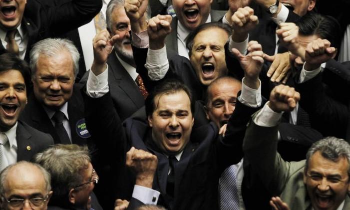 O deputado Rodrigo Maia (DEM-RJ) comemora vitória na eleição a presidência da Câmara Foto: Givaldo Barbosa / Agência O Globo