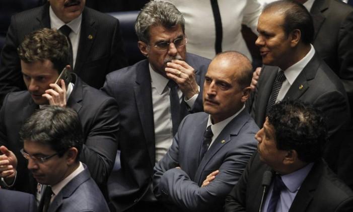 O relator do projeto que reúne um conjunto de medidas de combate à corrupção, Onyx Lorenzoni (DEM-RS), observa os senadores rejeitam pedido de urgência para votar pacote anticorrupção no plenário do senado Foto: Givaldo Barbosa / Agência O Globo / 30-11-2016