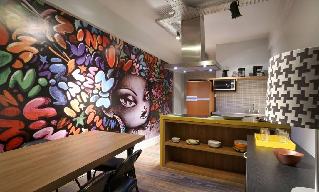Esqueça o branco ou inox. Uma cozinha com cores vivas vem ganhando cada vez mais espaço nos projetos de designers e arquitetos. Seja na parede, na bancada, no mobiliário ou nos eletrodomésticos, vale investir em chamar atenção, como no projeto de Valeria Fredo, VF ArchiDesign Foto: Divulgação