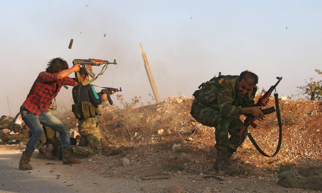 Soldados do Exército Livre da Síria participam de batalha contra o Estado Islâmico no norte da Síria, em Yahmoul, no dia 10 de outubro. O principal grupo de rebeldes chamou aliados para fornecer ajuda aérea e armas Foto: Nazeer al-Khatib / AFP