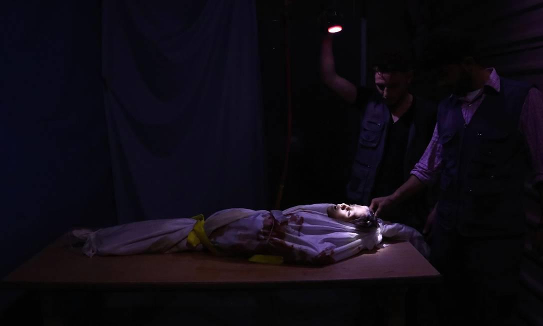 Corpo de criança síria em necrotério improvisado, após ataque das forças governamentais na cidade de Douma, nos arredores de Damasco Foto: Abd Doumany / AFP
