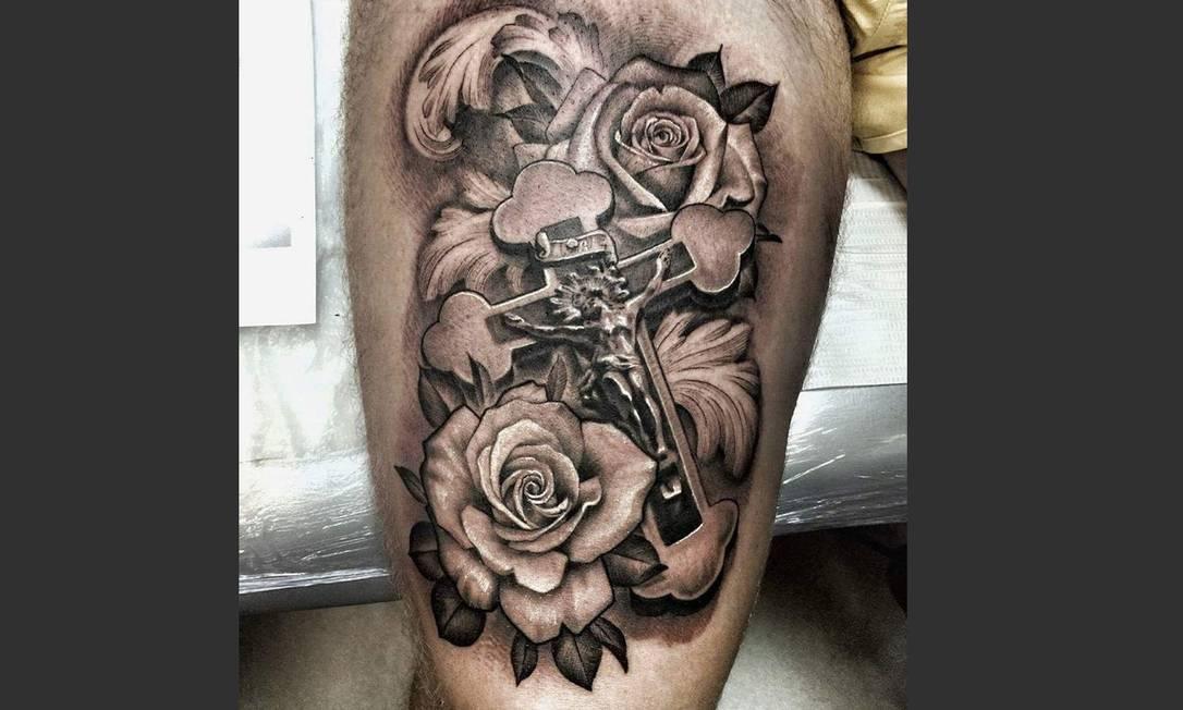 """""""Curti muito fazer essa tattoo porque foi um momento de reconhecimento do meu trabalho. Antes eu sempre fazia tattoos menores, comerciais, porque estavam conhecendo melhor meu estilo e meus trabalhos. Esta foi a primeira tatuagem que me pediram dentro do meu estilo. A ideia foi de um tatuador que é minha referência desde moleque, um cara com quem aprendi muito"""", explica Nelsinho Maciel, do estúdio Skin Carved. Artista: Nelson Maciel   Instagram: @nelsinhotattoo"""