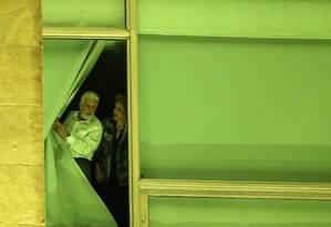 Dilma Rousseff e Jaques Wagner em uma janela do Palácio do Planalto no dia em que o Senado decidiu por seu afastamento da Presidência Foto: Adriano Machado / Reuters / 11-5-2016