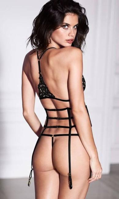 Dias após o desfile da Victoria's Secret, em Paris, a angel portuguesa ousou em ensaio para a marca. Nos novos cliques, ela usa fio dental abusado e faz topless Divulgação