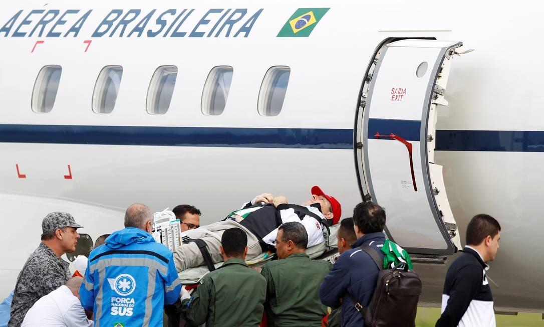 Por baixo do casaco, Rafael Henzel estava vestido com a camisa do Atlético Nacional de Medellín, clube que seria o adversário da Chapecoense na final da Sul-Americana e que pediu o reconhecimento do time catarinense como campeão do torneio FREDY BUILES / REUTERS